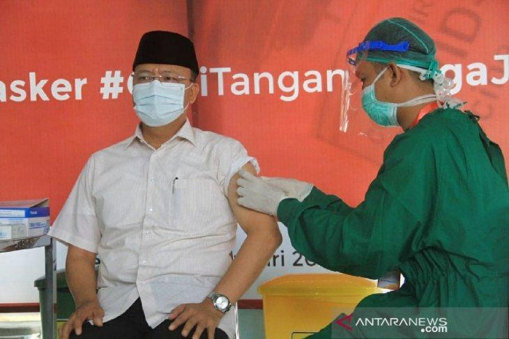 Gubernur Rohidin jadi orang pertama divaksin COVID-19 di Bengkulu