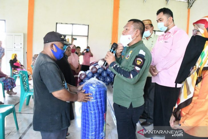 Sekda Gorontalo Utara santuni warga terdampak banjir Monano