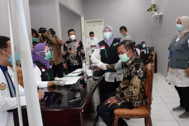 Tensi tinggi, Wali Kota Serang Syafrudin  batal divaksin COVID-19