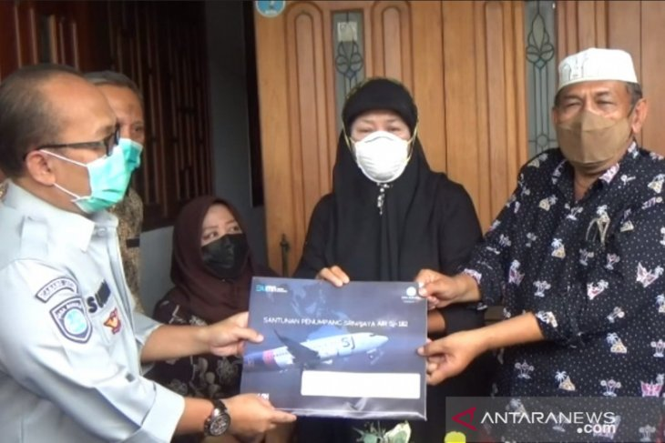Jasa Raharja serahkan santunan kepada keluarga co-pilot Fadly Satrianto