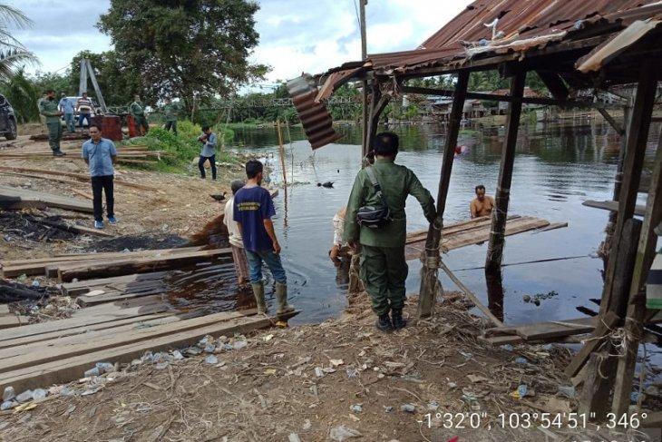 Polhutan Jambi sita puluhan batang kayu ilegal di Sungai Batanghari