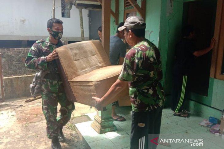 Puluhan warga Ciherang Sukabumi mengungsi akibat adanya pergerakan tanah