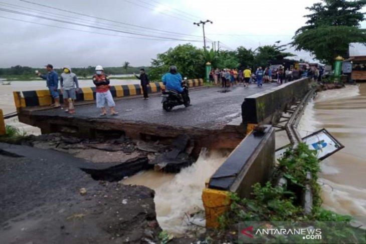 Jalur Trans Kalimantan putus, jembatan runtuh akibat banjir