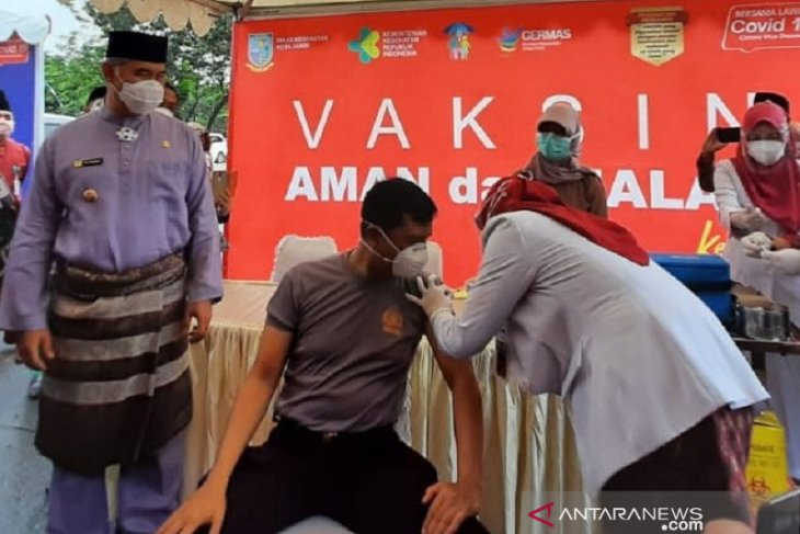 Pejabat, tokoh agama dan masyarakat di Kota Jambi mendapat suntikan vaksin COVID-19