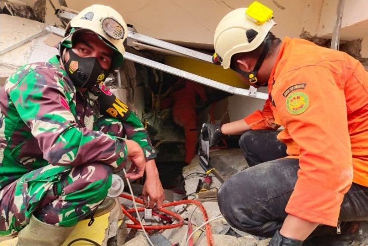 Tim Basarnas evakuasi korban gempa 6,2 magnitudo