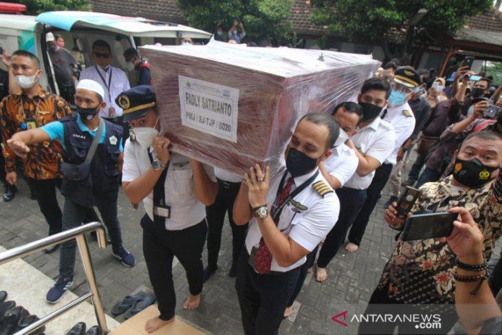 Jenazah co-pilot Fadly Satrianto dimakamkan di Surabaya