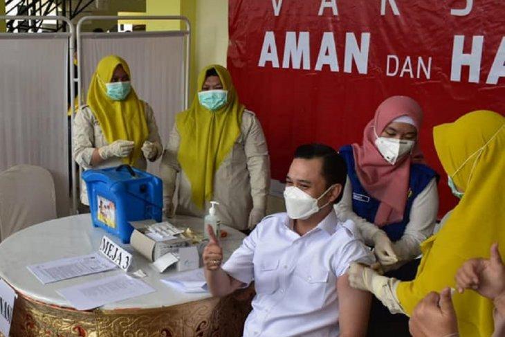 Foto - Ryan Kono jalani vaksinasi perdana di Kota Gorontalo