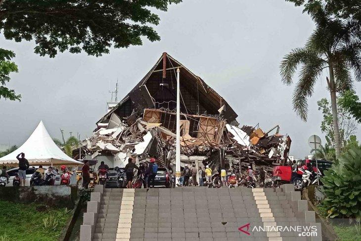 Kantor Gubernur Sulbar roboh akibat goncangan gempa bermagnitudo 6,2