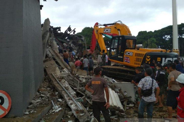 Dua orang selamat dari reruntuhan Kantor Gubernur Sulawesi Barat
