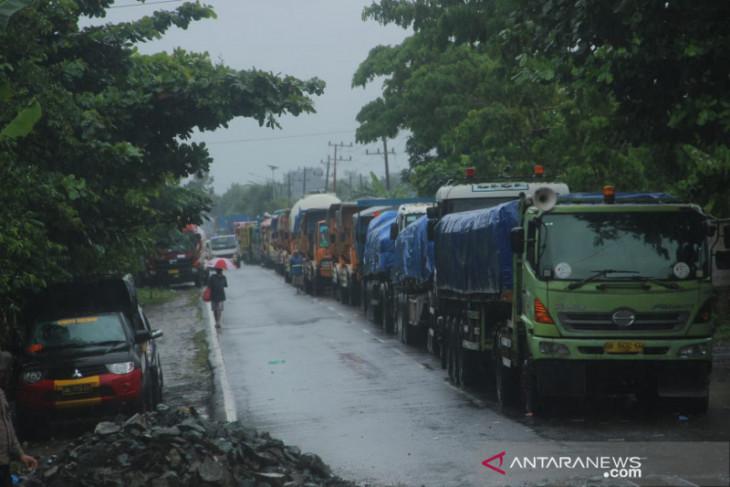 Angkutan BBM dan semen terjebak di Jembatan Matraman yang putus