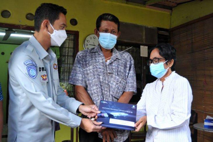 Penyerahan santunan pramugari Sriwijaya Air