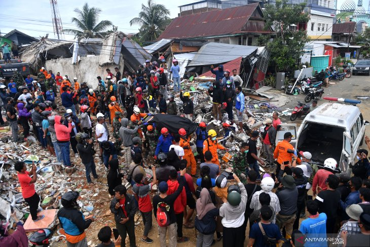 SAR team evacuates casualties of West Sulawesi earthquake