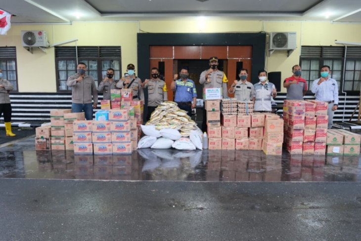 Kapolres Balangan salurkan bantuan Adaro Group kepada korban banjir