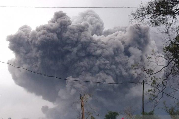 Gunung Semeru kembali erupsi, luncurkan awan panas guguran sejauh 4,5 km