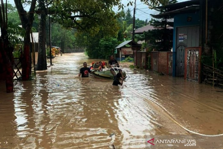 Banjir dan longsor paksa warga mengungsi di Kota Manado