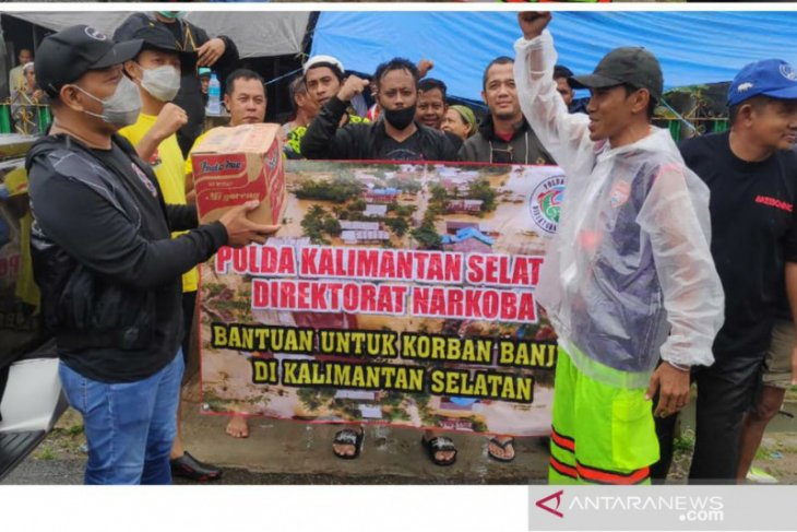 Ditresnarkoba Polda Kalsel salurkan bantuan korban banjir