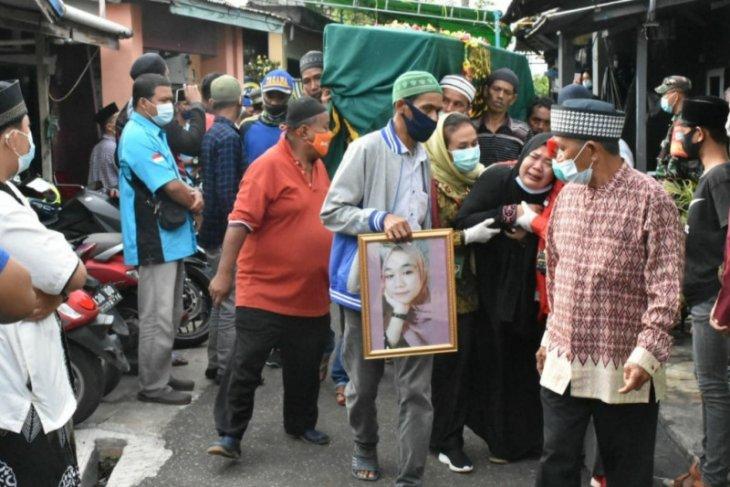 Jenazah Dinda Amalia, siswi Kelas-IX SMP tiba dan dimakamkan