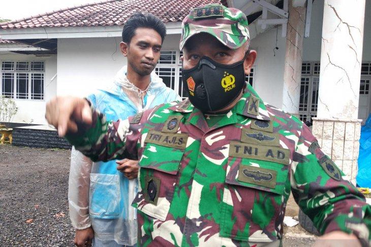 TNI bersihkan reruntuhan gedung akibat gempa