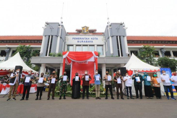 Vaksinasi di Surabaya dimulai, Forpimda beri contoh vaksinasi aman dan halal