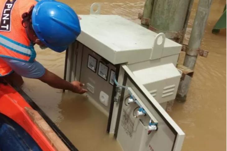 Banjir Kalbar-Kalsel, PLN terus berusaha menormalkan pasokan listrik