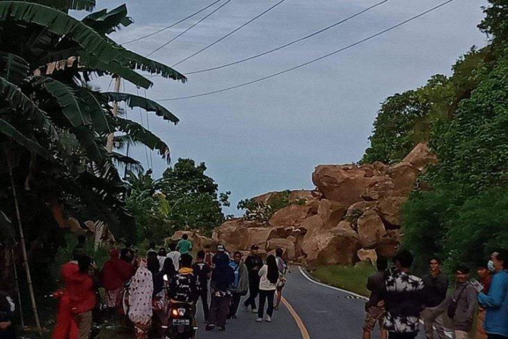 BPBD pakai alat berat bersihkan longsoran jalan Majene-Mamuju