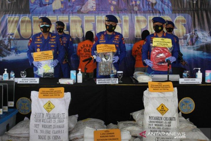 Polisi temukan puluhan ton bahan bom ikan dari gudang di Surabaya