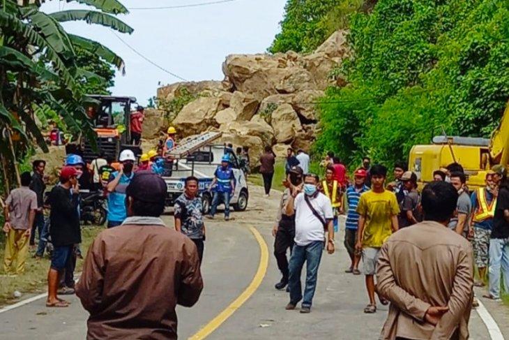 Akses poros Majene-Mamuju tertutup tanah longsor