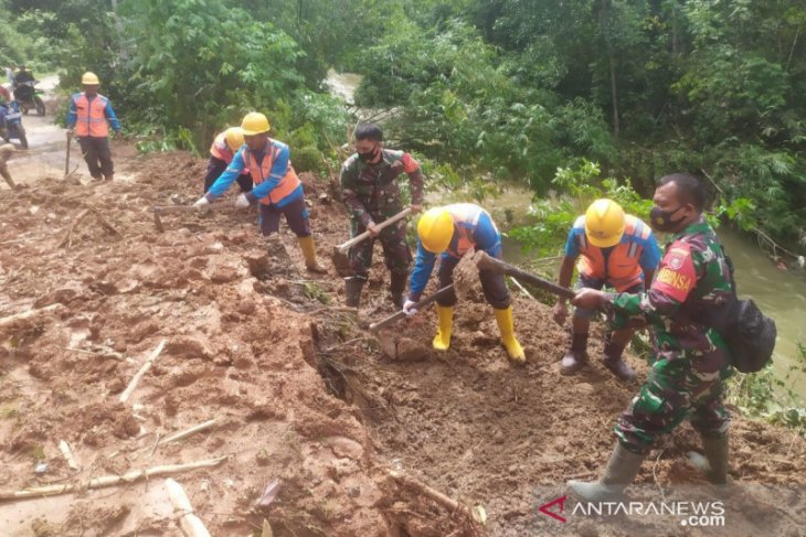 TNI together with HST residents open access from landslide