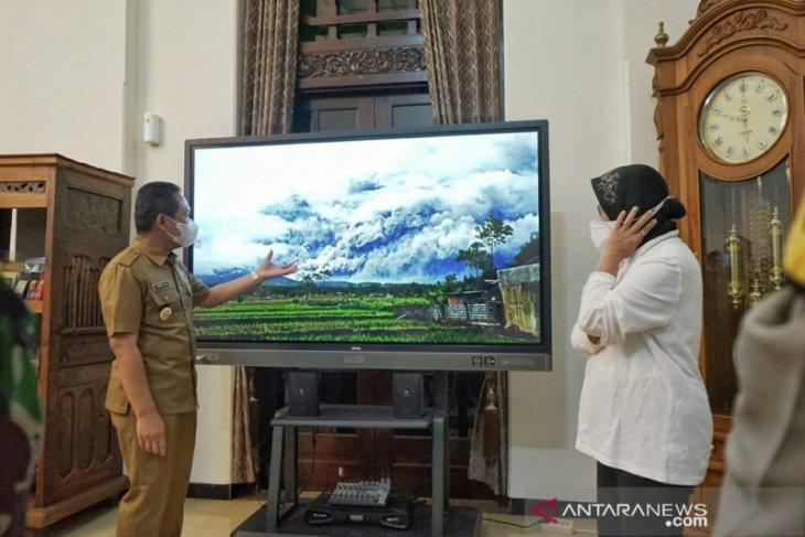 Usai tinjau banjir Jember, Risma pantau dampak erupsi Semeru di Lumajang