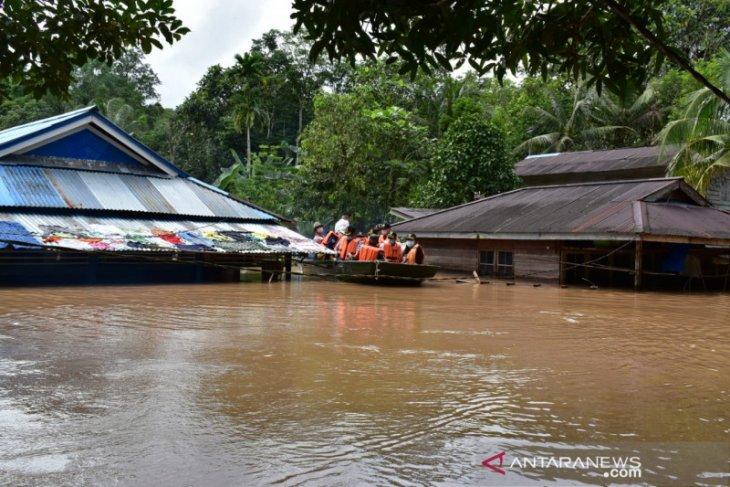 Ketua DPRD Bengkayang salurkan bantuan dan pantau daerah banjir