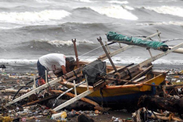 Dampak gelombang tinggi di Manado
