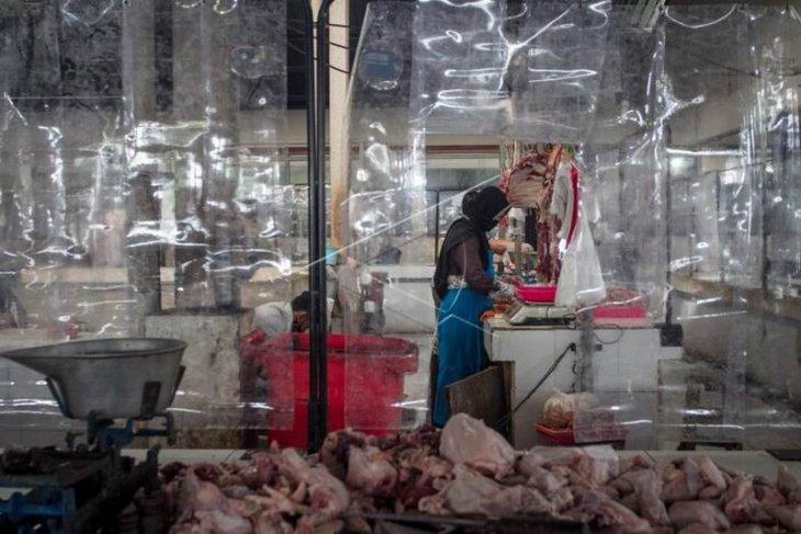 Pemasangan sekat plastik di pasar
