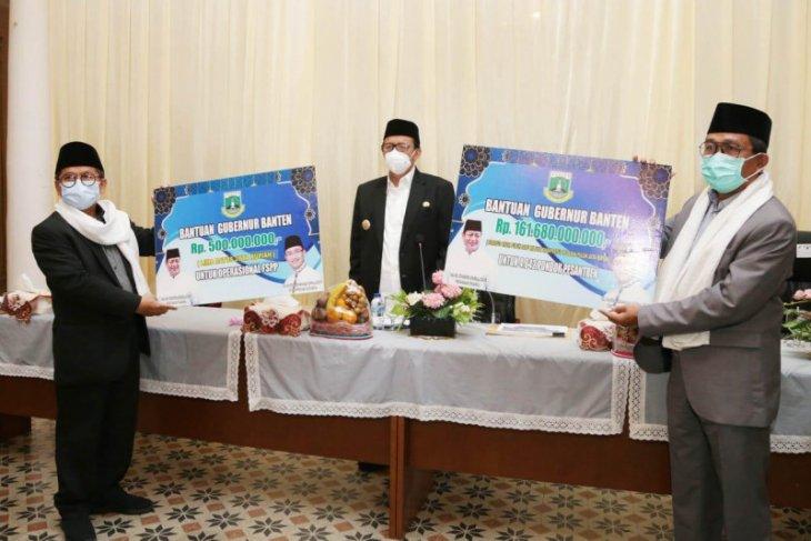 Wahidin Halim serahkan bantuan Rp161,68 miliar untuk 4.042 pesantren di Banten