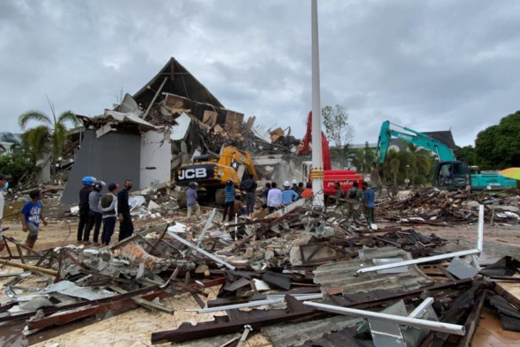 103 schools damaged by strong quakes in West Sulawesi