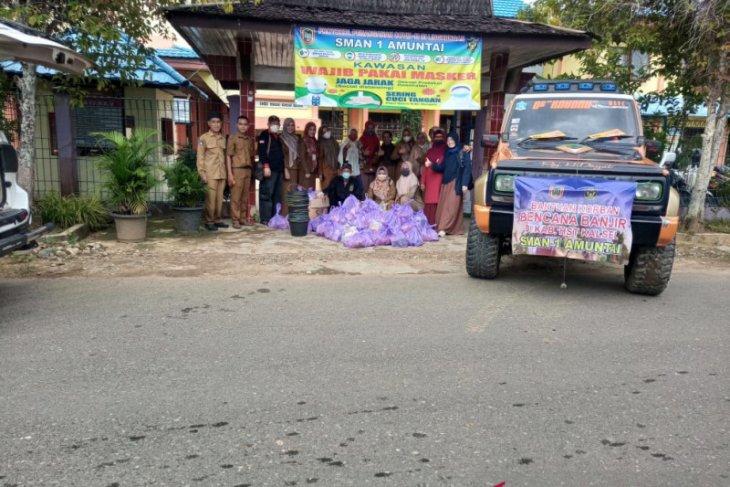 Siswa SMA 1 Amuntai Kalsel bantu korban banjir HST