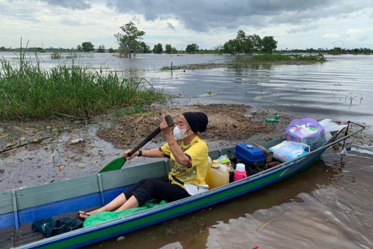 Rombongan Dispersip Kalsel terobos banjir bantu warga Desa Lok Buntar