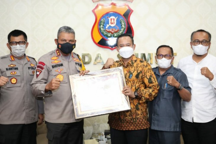 North Sumatra police receive award from KPU for smooth elections