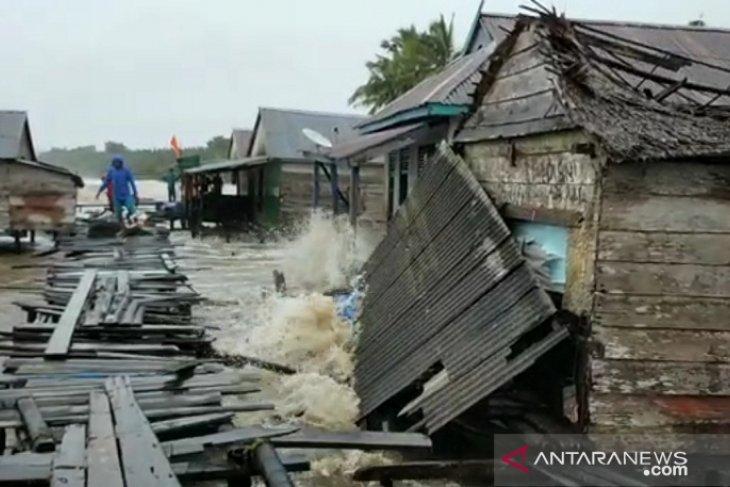 Akbat gelombang besar warga kampung nelayan Tanjabtim mengungsi