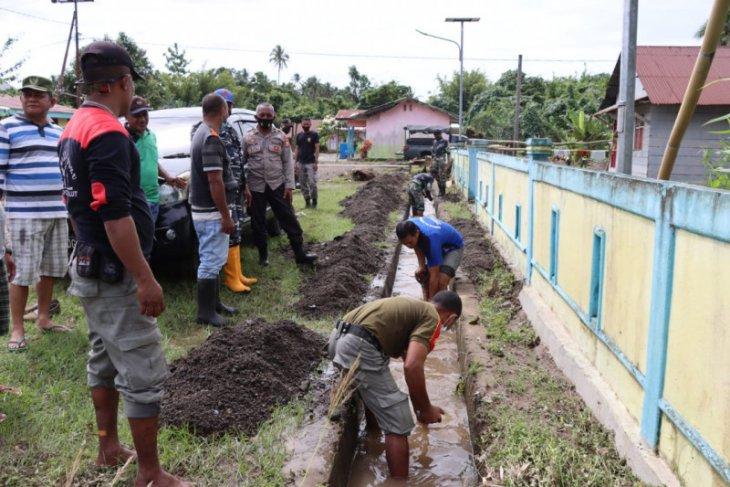 Pemkab Halmahera Utara -TNI-Polri bersihkan kawasan terdampak banjir