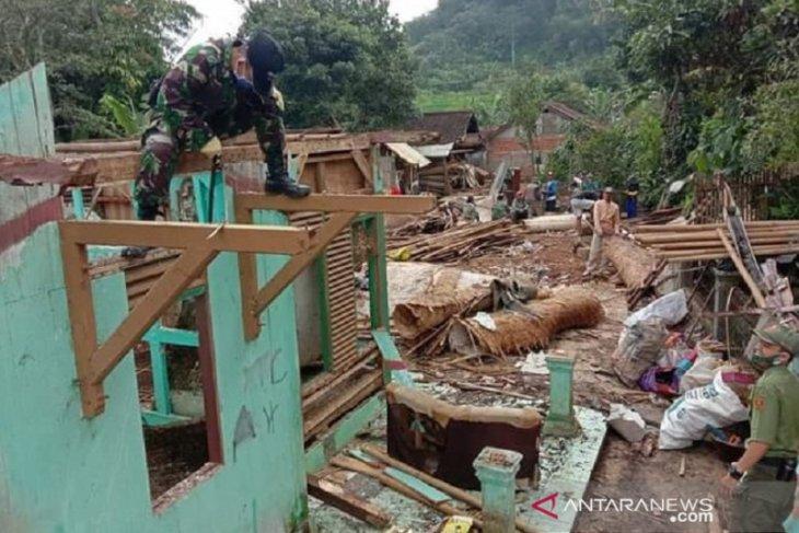 Pergerakan tanah di Sukabumi makin meluas ratusan warga mengungsi