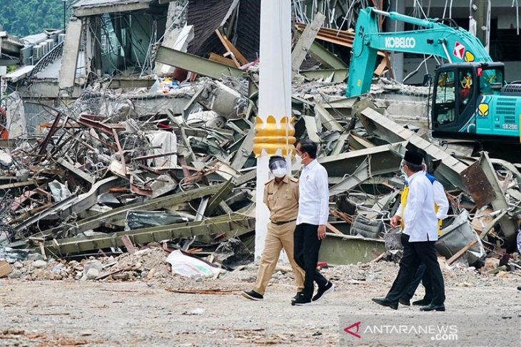President observes quake-impacted West Sulawesi Governor's Office