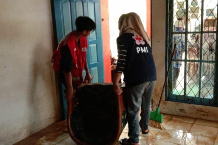 Banjir surut, PMI Balangan bantu warga bersihkan rumah