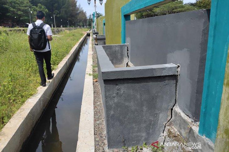 Belum setahun dibangun, pot bunga Taman Memorial Tsunami Calang retak