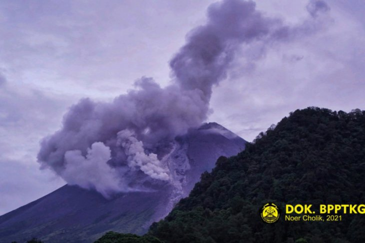 Gunung Merapi perbatasan Jateng - DIY keluarkan tiga kali awan panas