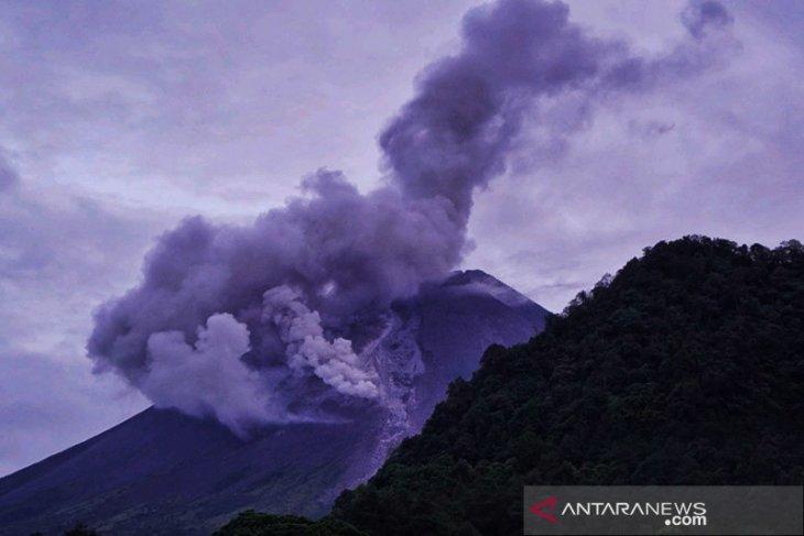 Gunung Merapi keluarkan tiga kali awan panas sejauh 700-1.200 meter