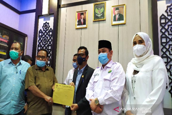 KIP serahkan hasil pleno tahapan Pilkada Aceh 2022 ke pimpinan DPRA