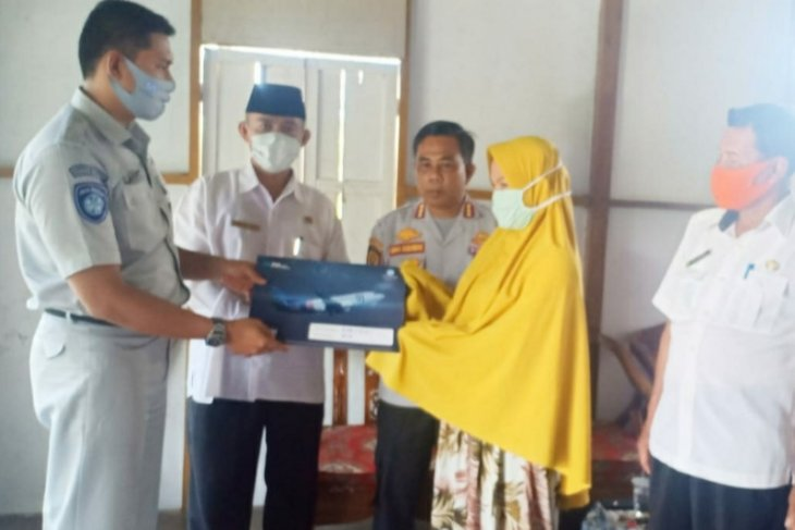 Jasa Raharja Cabang Kalbar serahkan santunan pada 15 korban kecelakaan Sriwijaya
