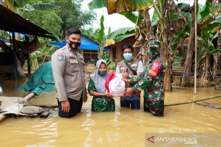 TNI-Polri distribusikan seribu paket bantuan Presiden RI kepada warga HST