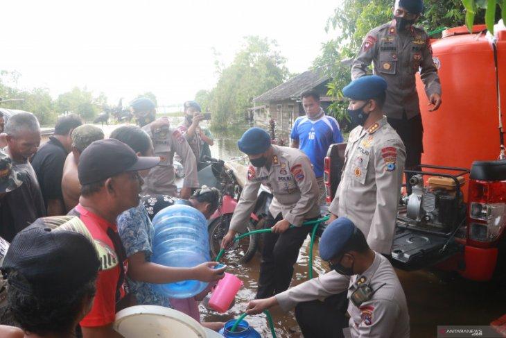 Brimob distribusikan air bersih untuk korban banjir