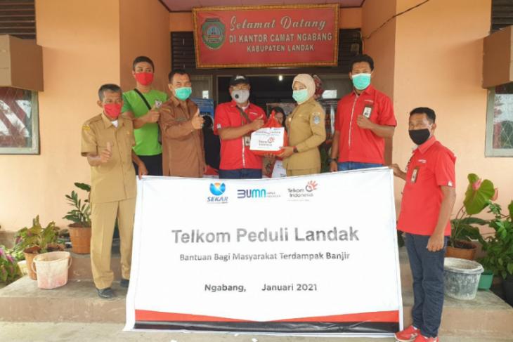 Telkom Kalbar bantu masyarakat Ngabang yang terdampak banjir